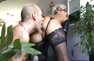 Junge Frau reife sexy weiber masturbiert auf dem Bett vor der webcam,