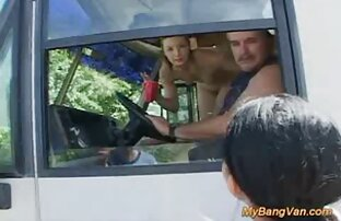 Schöne Schläge eines Freundes, der auf dem Vordersitz des pornogrund reife damen Autos saß