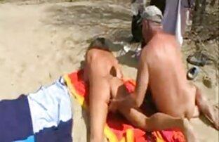 Frau sitzt auf einem Mann in einem reife mütter beim sex Macho-Huhn in der Haltung eines Rennfahrers