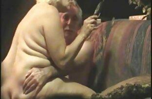 Blondine mit Tätowierungen auf dem reife geile alte frauen Körper mit ein paar in der Natur