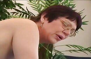 Skinny Maria Ria klettern auf dem videos reife frauen Tisch, und der Hut mit den Fingern