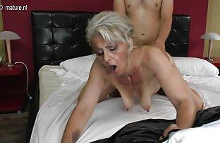 Dicker Mann vor der Kamera drückt eine Frau mit pornofilme mit reifen damen einer Brustwarze an den Extremitäten