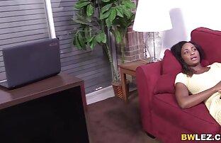Weißes Foto von reife geile frauen ab 50 zwei schwarzen Frauen in Öl und Turnschuhen auf Stuhl