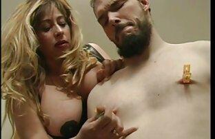 Fett Mädchen streichelte einen deutsche sex filme mit alten frauen Hut mit einem finger, bevor Sie Liebe mit Ihrem Geliebten in der couch