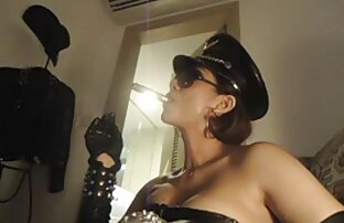 Pyshechka im silbernen Kleid auf sex videos mit reifen frauen einer großen Show im Pool